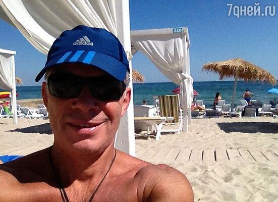 «Успел искупаться — в Одессе лето», — отметил певец, опубликовав фото загорающих на пляже людей