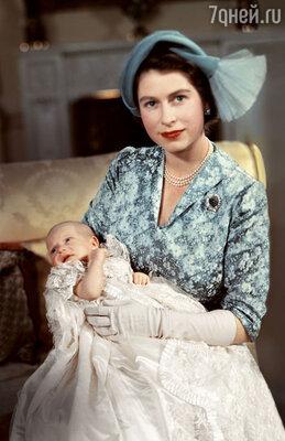 Принцесса Анна на руках у матери, будущей Елизаветы II— еекрестили в той же фамильной рубашке