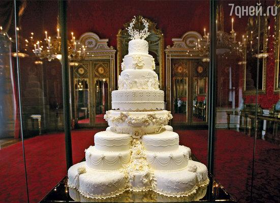 Принц Уильям и Кейт сохранили часть своего свадебного торта длякрестин, но они оставили не один, а целых два коржа — что говорит обих далеко идущих планах