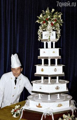 Следуя традиции, принц Чарльз ипринцесса Диана тоже отложили для будущих крестин первенца верхний корж свадебного торта