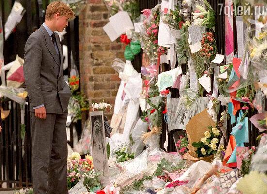 В Кенсингтонском дворце в1997 году началось прощание спринцессой Дианой (На фото: принц Уильям у ограды Кенсингтонского дворца. Сентябрь 1997 года)