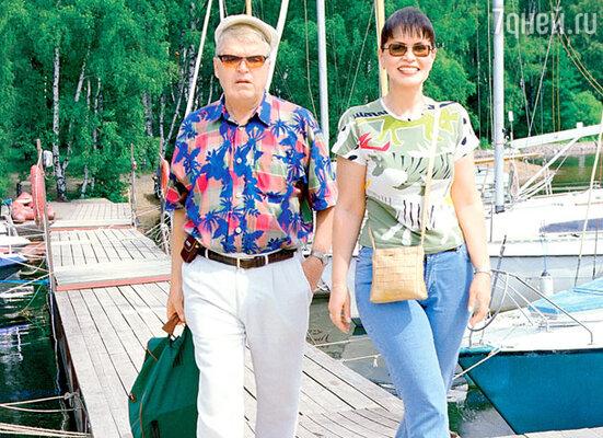 С бывшей супругой Еленой Кокшенов прожил почти 20 лет, она работала в его картинах директором. 2003 г.