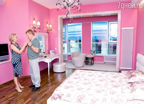 «Только однажды у нас возникли разногласия, и очень бурные — когда Туся захотела свою спальню покрасить в брусничный цвет. Мне пришлось уступить. Как, впрочем, и во всем остальном»