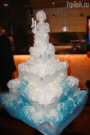 Под вокальное поздравление певицы МакSим вынесли огромный праздничный торт с белым ангелом — символом «Облаков»