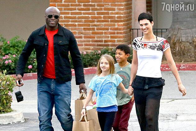 Сил с дочерью Лени, сыном Генри и новой возлюбленной на прогулке
