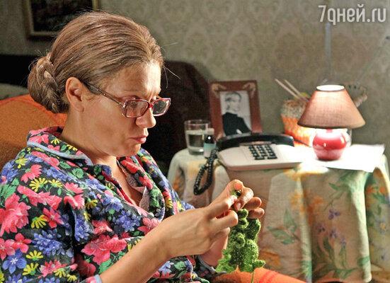 Анна Ардова играет чересчур заботливую маму Ольгу Ивановну, которая никак не может привыкнуть к тому, что дочь Даша уже выросла и вышла замуж