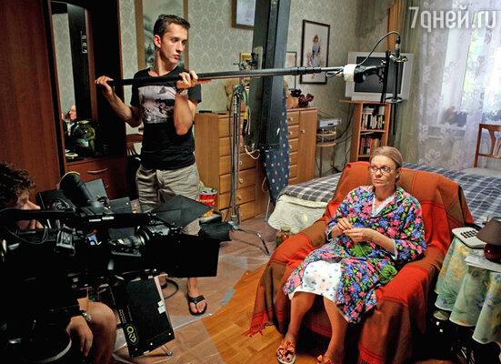 В качестве съемочной площадки была выбрана жилая квартира, в которой одна комната оформлена мебелью времен перестройки
