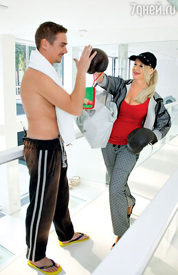 Елена Кондулайнен отрабатывает боксерские приемы на Денисе Никифорове