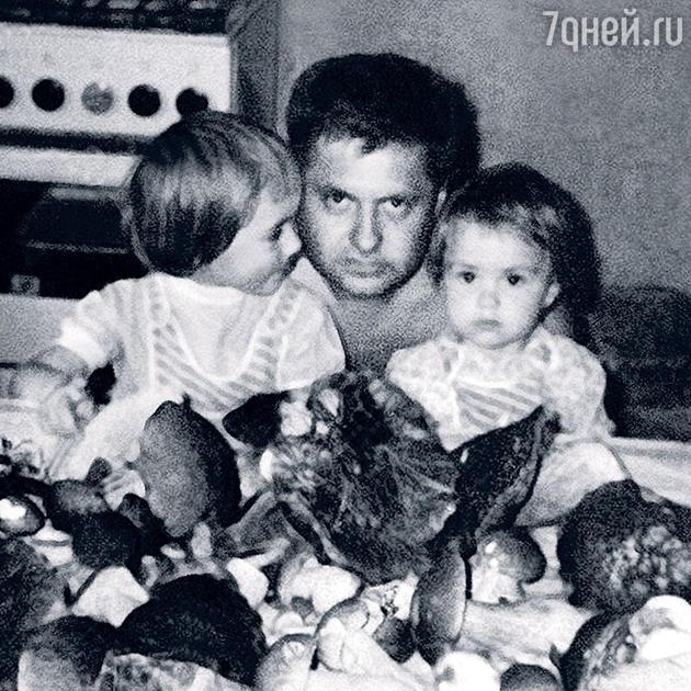 Агата и Санта Муцениеце с отцом