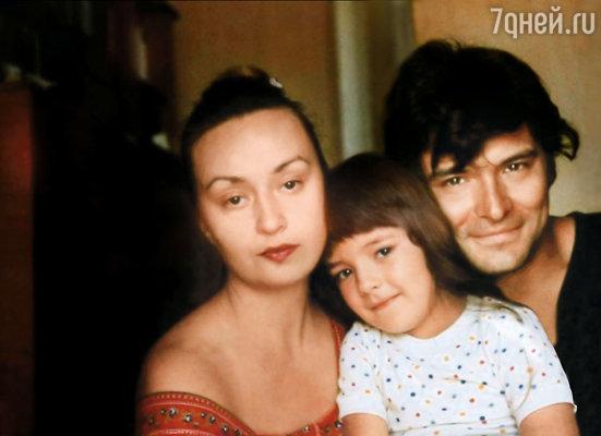 С мамой Татьяной Владимировной и папой Андреем Владимировичем. В Ленинграде мы жили в огромной коммуналке