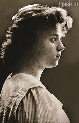 Из театральной школы Августу Миклашевскую чуть не выгнали — провинциалка оказалась слишком застенчива. Чтобы преодолеть себя, Гутя пошла «показываться» по театрам
