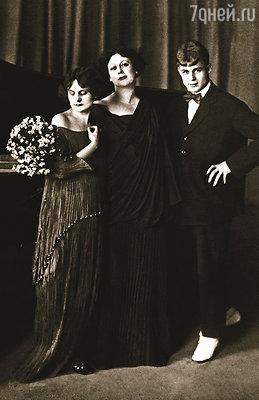 Есенин вернулся из-за границы вместе с Айседорой Дункан 3 августа 1923 года. Их отношения безвозвратно заканчивались. Есенин с Дункан и ее дочерью Ирмой