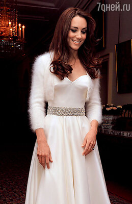 Белое болеро из ангоры, накинутое поверх свадебного платья Кейт, стало новым трендом вмоде для невест