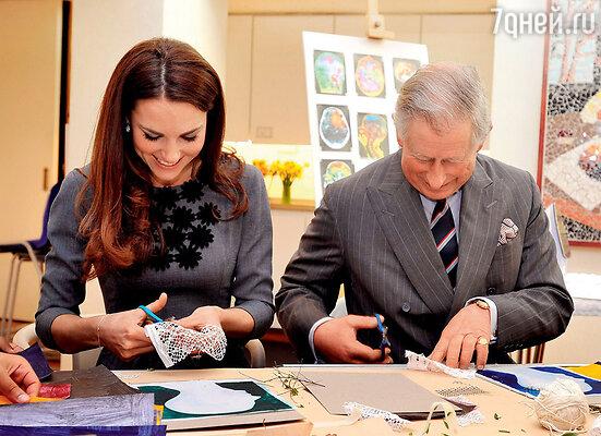Кейт подружилась и с принцем Чарльзом. Теперь вместе со свекром участвует вблаготворительных программах, готовя подарки для детей