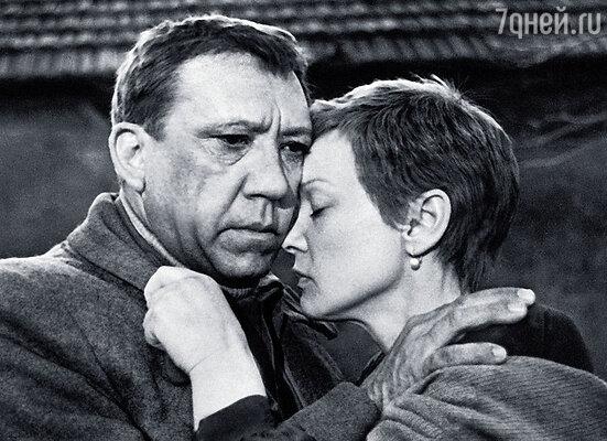 Никулин играл военного корреспондента Лопатина, Людмила Гурченко — его любовь. Эта роль стала одной из наиболее мощных в ее послужном списке