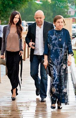 Алексей Герман-младший с мамой Светланой Кармалитой и женой Леной