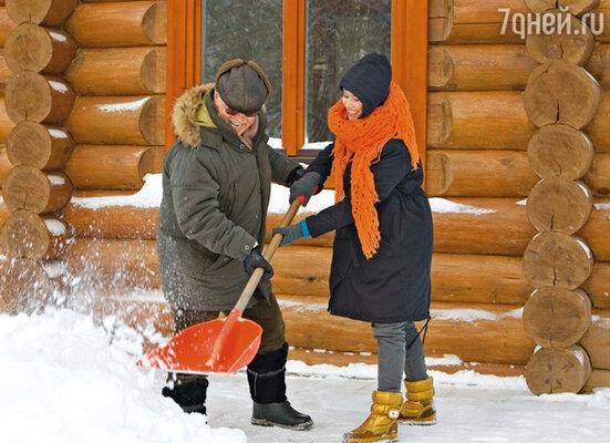 С младшей дочерью Александрой. Она впервые в Белоруссии, приехала, чтобы снять фильм об отце