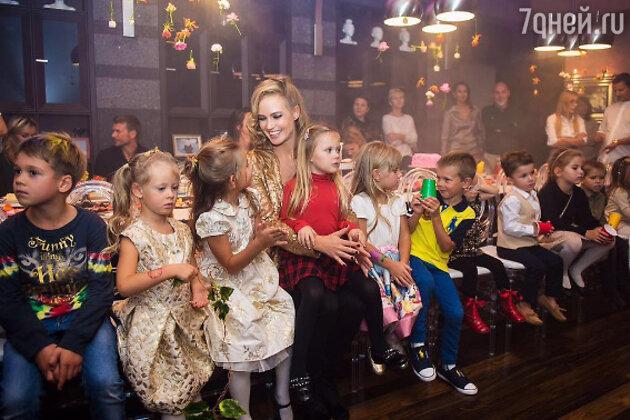 Наталья Ионова с именинницей и гостями праздника