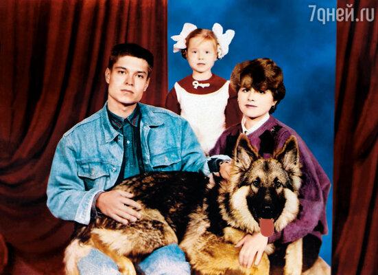 С мамой, папой и нашей немецкой овчаркой, перед которой я так любила танцевать