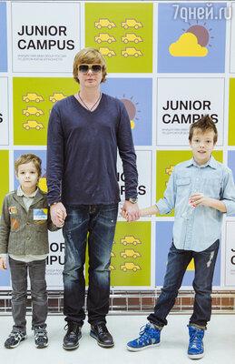 Андрей Гигорьев-Апплонов с сыновьями Артемом и Ваней