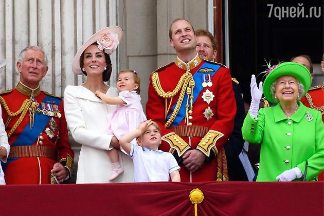 Принц Чарльз, герцогиня Кембриджская с детьми, принц Уильям и Елизавета II