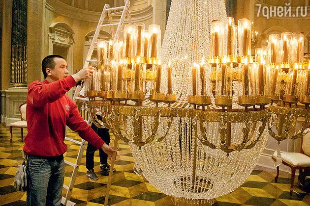 Каждую из тысячи свечей гасили как в XIX веке — вручную, при помощи специальных колпачков