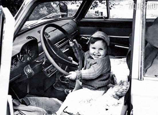 Маленькой я обожала крутить руль отцовской машины