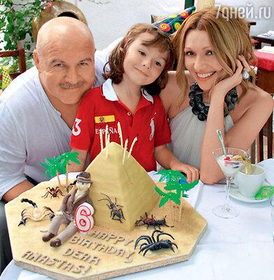 Анжелика Агурбаш с мужем Николаем и сыном Анастасом