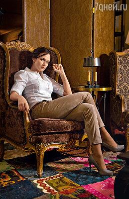 На Анне блуза, брюки - Laurel, ремень - Devernoi