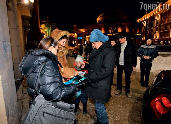 Ефремов даже на холоде раздавал автографы