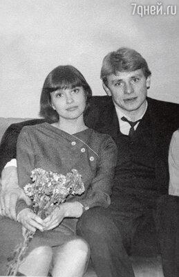 «Галя тогда собиралась замуж заболгарина, заместителя министра иностранных дел. Ножених получил отставку— мыпоженились меньше чемчерез два месяца послезнакомства»