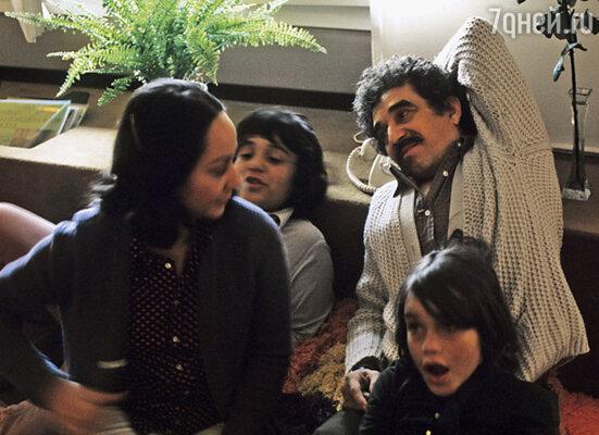 Семья ела каждый день, а чеки из киностудии и рекламного агентства, откуда уволился Маркес, больше не приходили. На фото: Маркес с женой и сыновьями Гонсало и Родриго