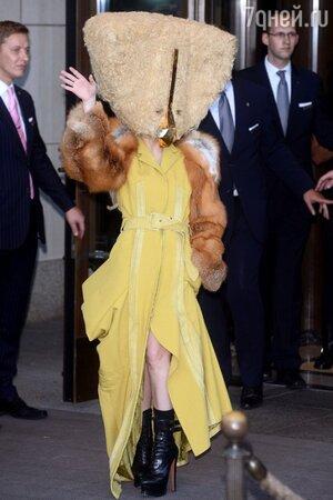 Леди Гага в костюме курицы