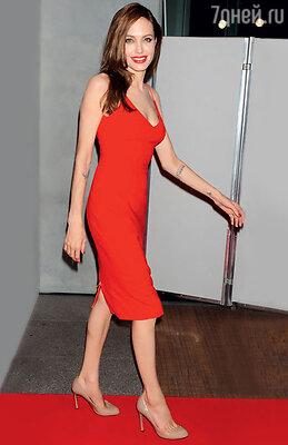 Анджелина Джоли тоже выбирает бежевую обувь