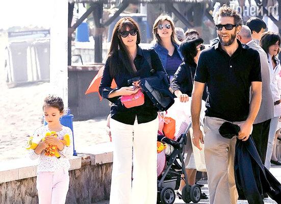 С дочкой Девой и мужем Венсаном Касселем на каникулах в Испании. Апрель 2009 г.