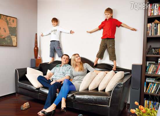Михаил с супругой Еленой и сыновьями Семеном (справа) и Пашей