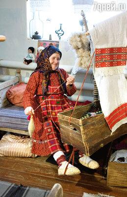 У самой знаменитой бурановской бабушки— Натальи Яковлевны Пугачевой — очень строгий муж. Он и весь творческий коллектив держит в строгости, всегда наставляет перед дальней дорогой — чтобы не посрамили родное село!