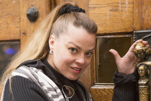 Наталья Громушкина провезла через границу свадебное платье