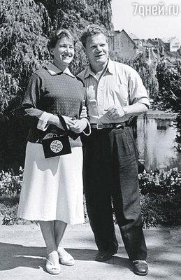 Папа маму безумно любил, сама видела, как он мыл ей ноги, ласково называя Козочкой... (Надежда и Михаил Пуговкин на гастролях театра Ленком, Львов, 1955г.)