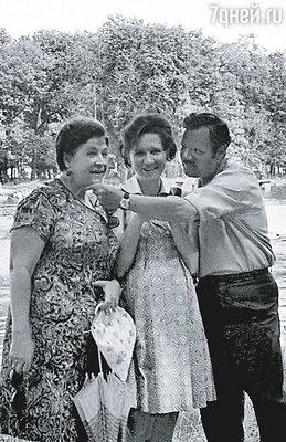 Александра Николаевна относилась ко мне как к любимой дочери. (Лена, беременная Мишей, Александра Николаевна и Михаил Иванович в Пушкине)