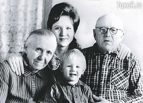 Бабушку и неродного дедушку, с которыми прожила в Смоленске до 15 лет, я называла мамой и папой.(Лена с сыном, бабушкой Лизой и дедом Пашей)
