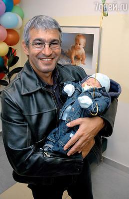 Муж Арины Эдуард Карташов с новорожденным Никитой. Выписка из роддома. 2006 г.