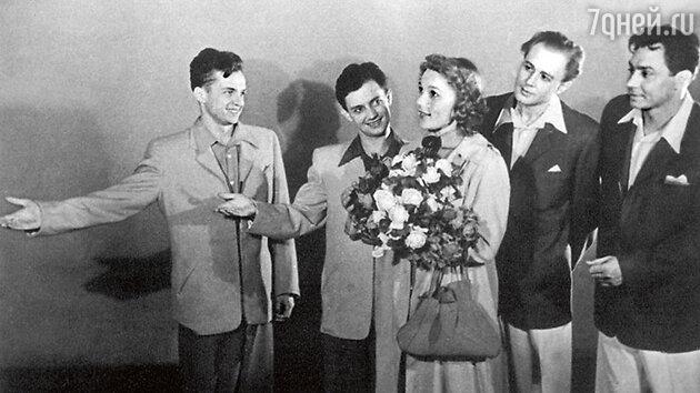 Владимир Ушаков — крайний справа. В спектакле «Где эта улица, где этот дом». 1953 г.