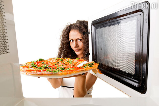 «Быстро разморозит продукты, за считаные секунды разогреет суп, приготовит жаркое и овощи, запечет пиццу, мясо и курицу, подрумянит булочки…»
