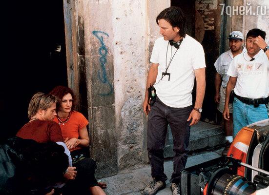 На съемках фильма «Мексиканец» режиссер Гор Вербински (в центре) покорно сносил опоздания Робертс, а Брэд Питт с юмором выдерживал ее истерики
