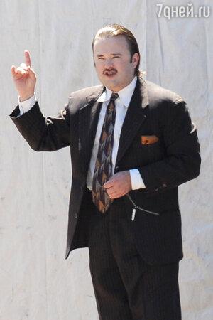 Хэйли Джоэл Осмент на съемках фильма «Одержимые йогой»
