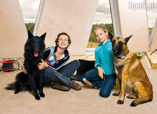Юлия Чичерина с дочерью Майей и бельгийскими овчарками Рексом и Микки