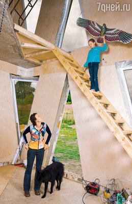 Дом представляет собой трехуровневое пространство без внутренних стен