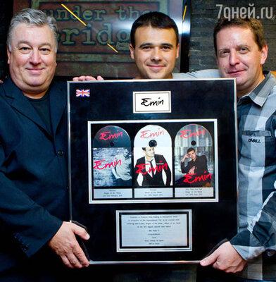 Эмин (в центре) со своими продюсерами Брайаном Роулингом и Полом Миэном