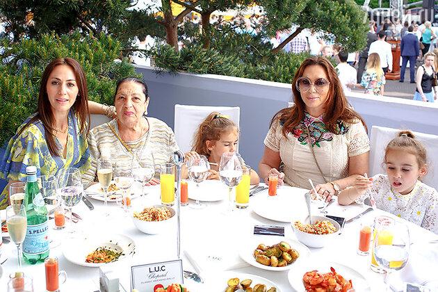 Алла Вербер с внучками и мамой